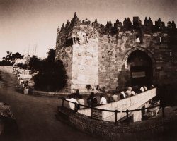 1150 - People in Damascus gate